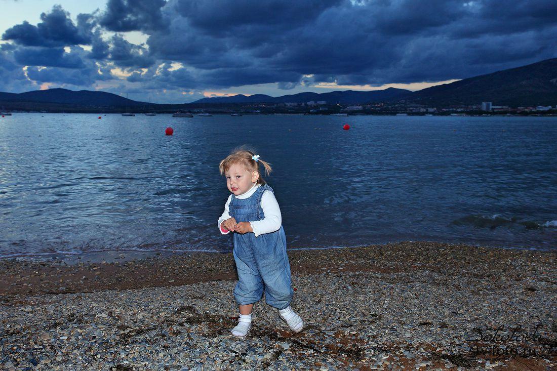 Маленькая девочка на берегу большого моря